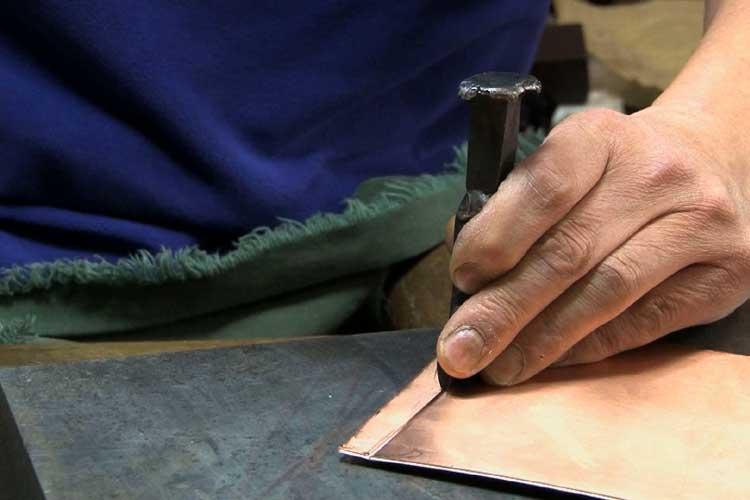厚さ1.2ミリの銅版を鏨(たがね)で切断