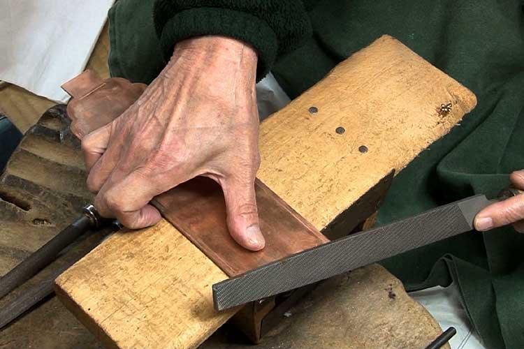 ヤスリで削り切り口を整える