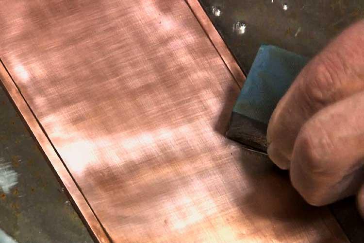 砥石(といし)で地板表面を研ぐ