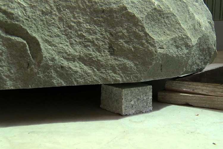 隙間のところどころに割石を飼い込む