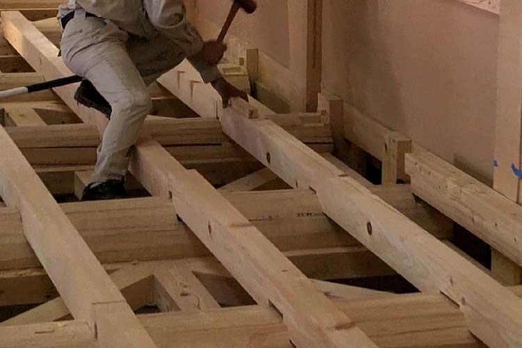 根太の上に、床板が置かれ畳が敷かれる
