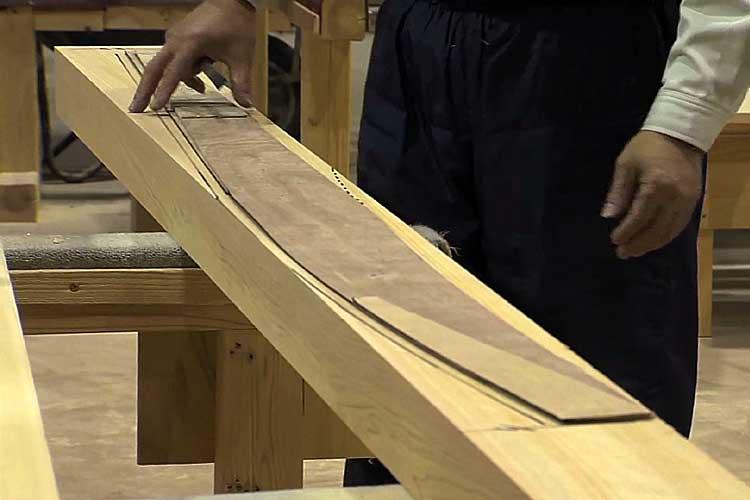ヒノキの角材に飛檐垂木の形を墨で書く
