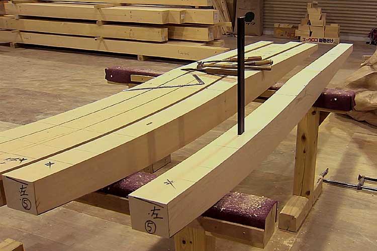 貫通穴に桔木吊金物を挿入