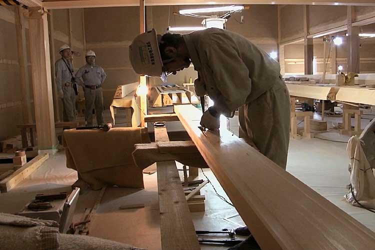 鴨居と吊束とを固定するほぞ穴の加工