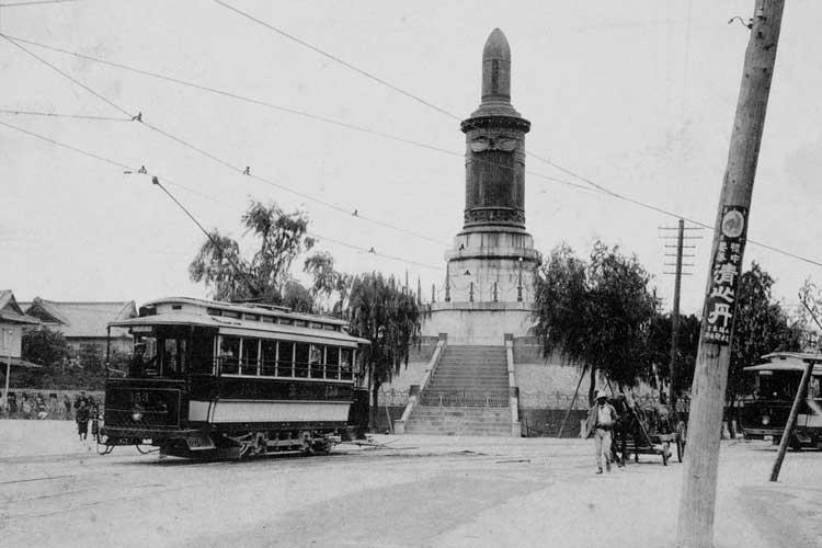 県庁前のロータリーとチンチン電車