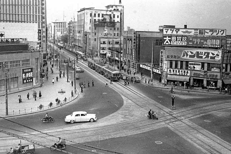 昭和20年代末の栄町交差点(画面左新築された丸栄百貨店)