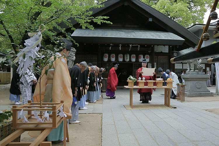 那古野神社拝殿前
