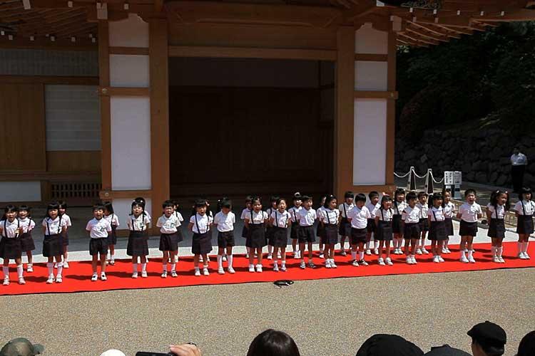 西城幼稚園の園児による歌と踊り