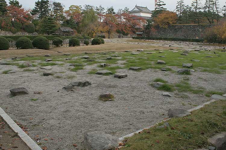 本丸御殿跡の礎石