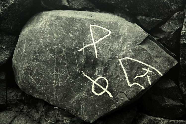 石に彫られた刻印