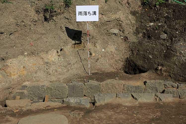 塀の礎石と雨落ち溝