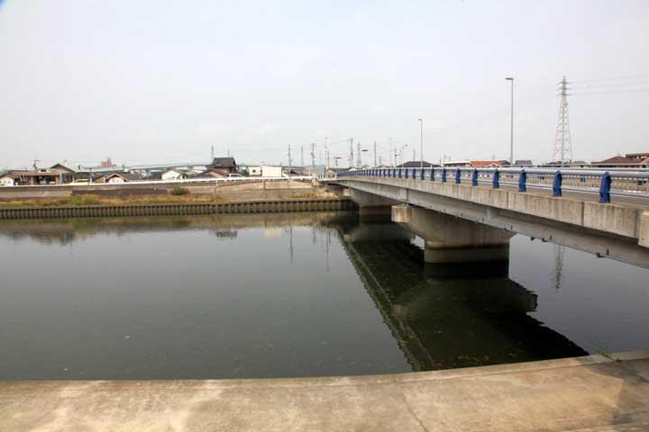 新川を渡る