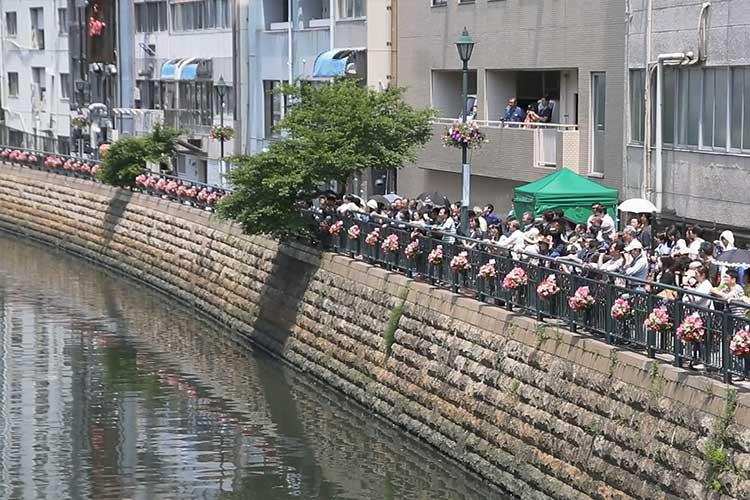 対岸の観客
