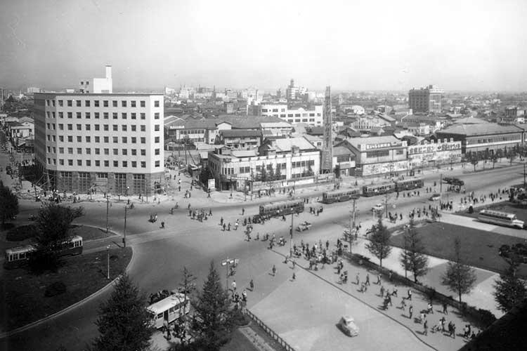 ③昭和25年頃の駅前