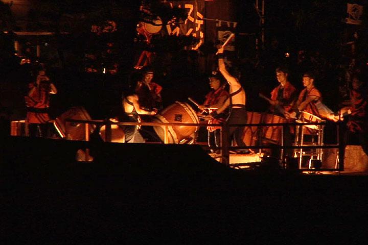 船上での太鼓の演奏