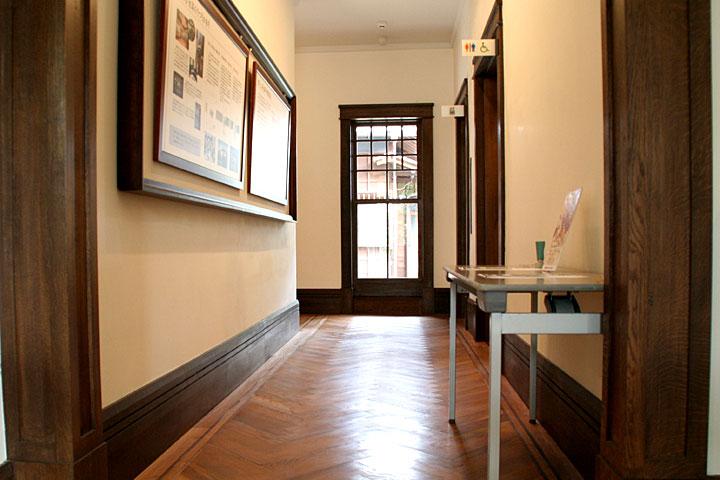 展示室へ通じる廊下