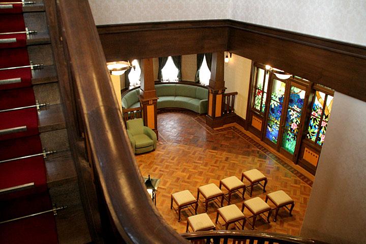 階段踊り場付近から大広間を見る