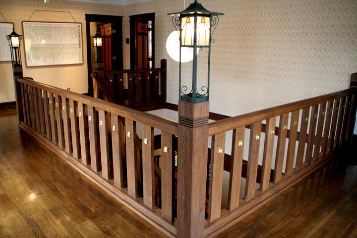 二階廊下から展示室7(旧書斎)・5(旧浴室・洗面所・化粧室)を見る