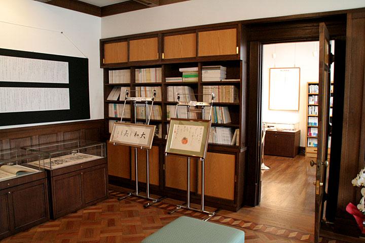 展示室7(旧書斎)から展示室6(旧寝室)を見る