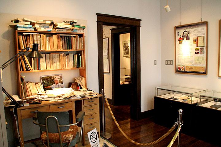 展示室6(旧寝室)から展示室5(旧浴室・洗面所・化粧室)を見る