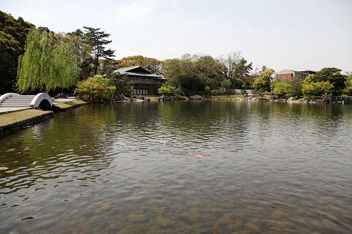 龍仙湖 中央左に見えるのは観仙楼