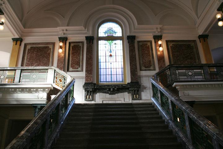 中央階段(重要文化財)とステンドグラス