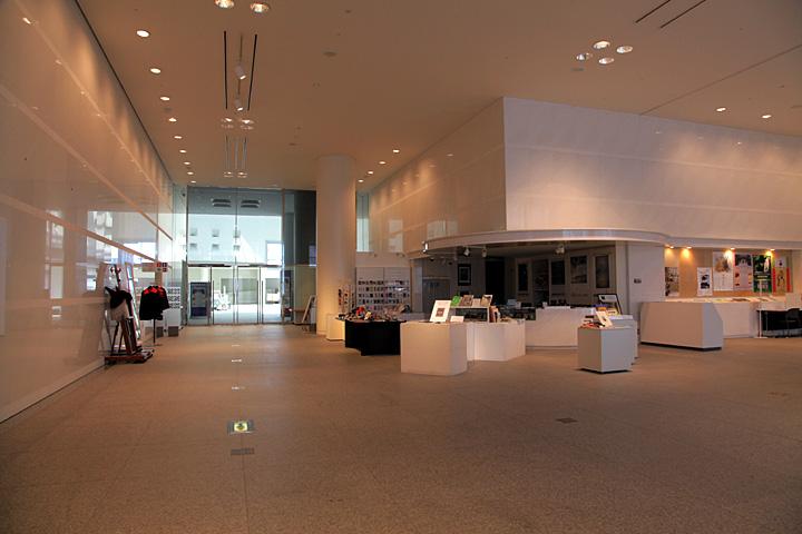 愛知県美術館ロビー