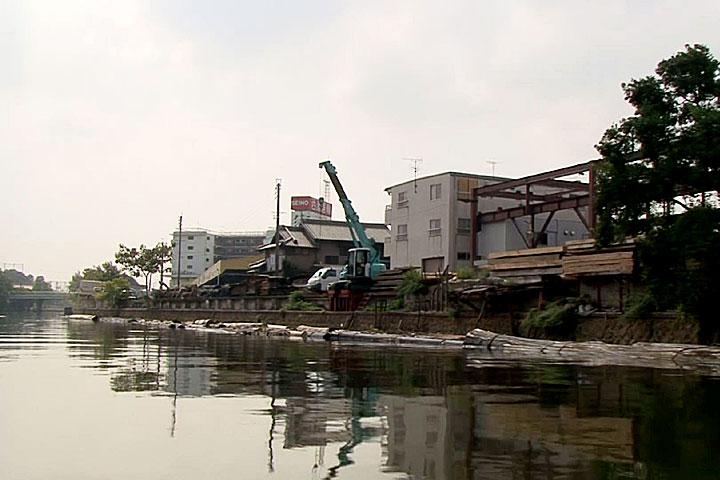製材所の筏が浮かぶ