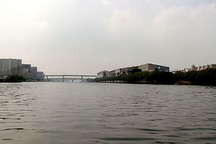 前方 港新橋