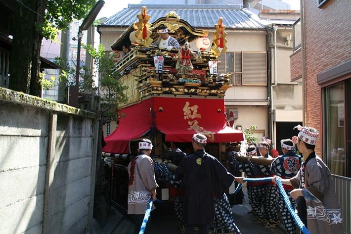 神明社そばの路地を慎重に曳いていく