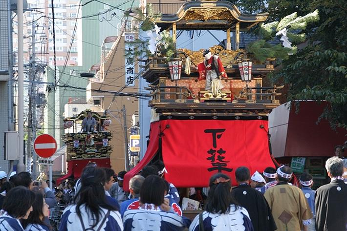 桜通を越えて浅間神社前に向かう2輌の山車