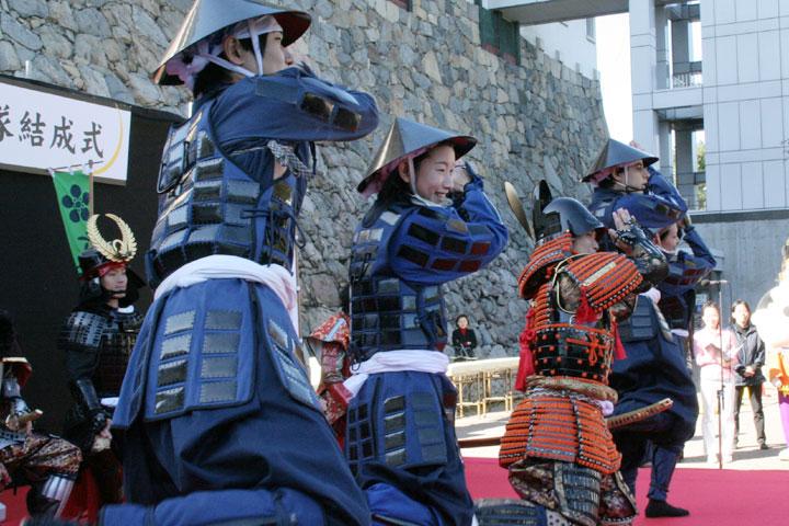 名古屋開府400年記念事業のテーマソング「夢つなごう なごらっちょ」 にあわせて踊る武将隊