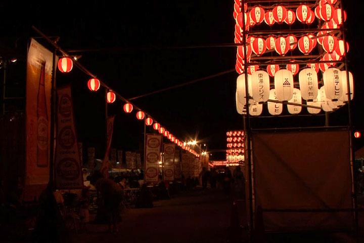 提灯にの灯りの下ビアガーデンや屋台が並ぶ西之丸