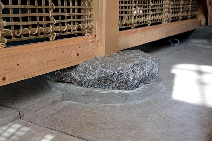 焼け残った礎石はもろくなり使えないためコンクリートの下に保存されている