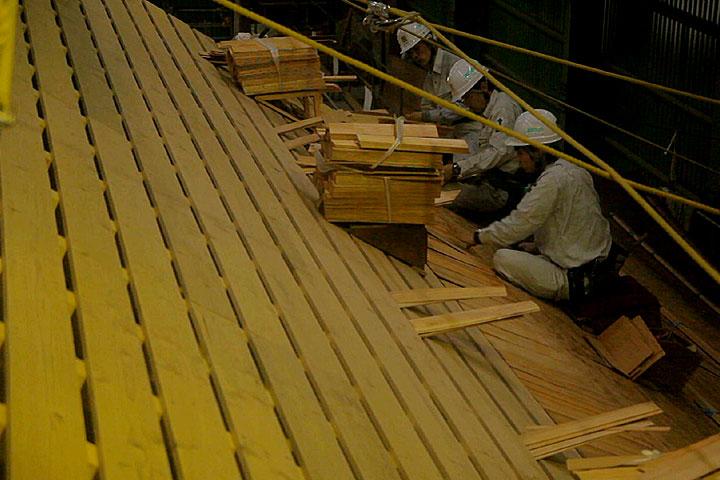 復元工事の過程公開-こけら板の釘打ち