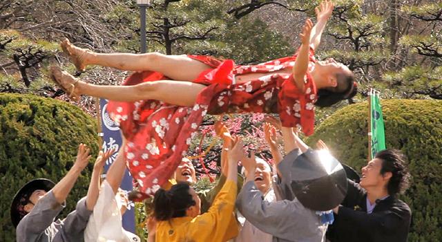 隊員らに胴上げされる織田信長 2012年3月31日 名古屋城二の丸