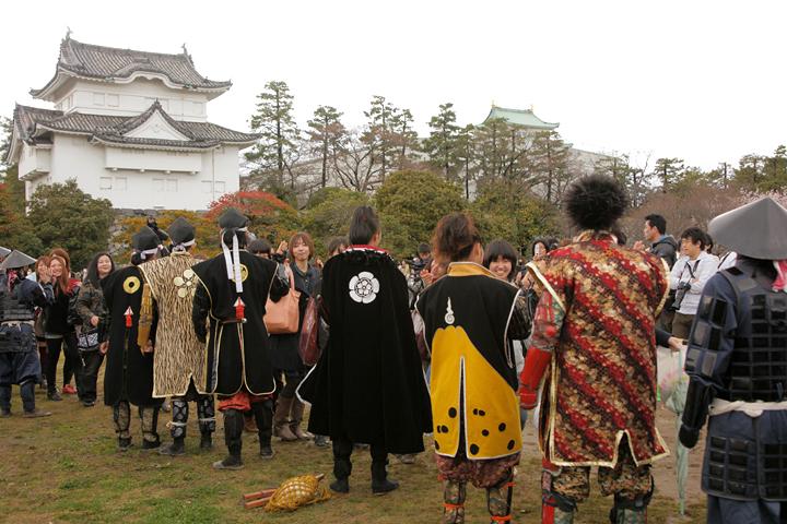 ハイタッチする武将隊と奥に見える名古屋城