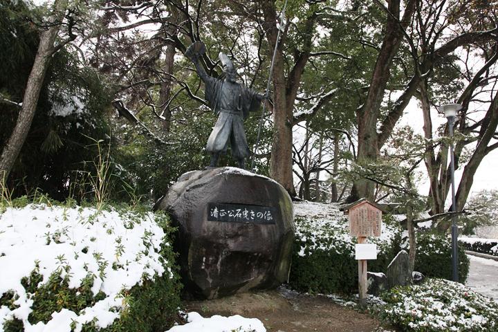 雪と加藤清正像(撮影:2011年1月17日)