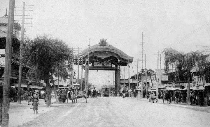 中央が広小路凱旋門、画面左の三階建てが守随商店