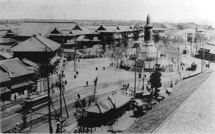 現在の中区役所付近:日清戦役第一軍戦死者記念碑とそれをとりまく愛知県庁愛知県会議事堂、名古屋市役所