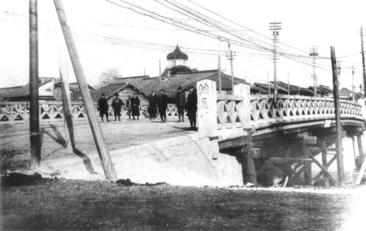 木橋時代の納屋橋、石柱が見える(明治45年)