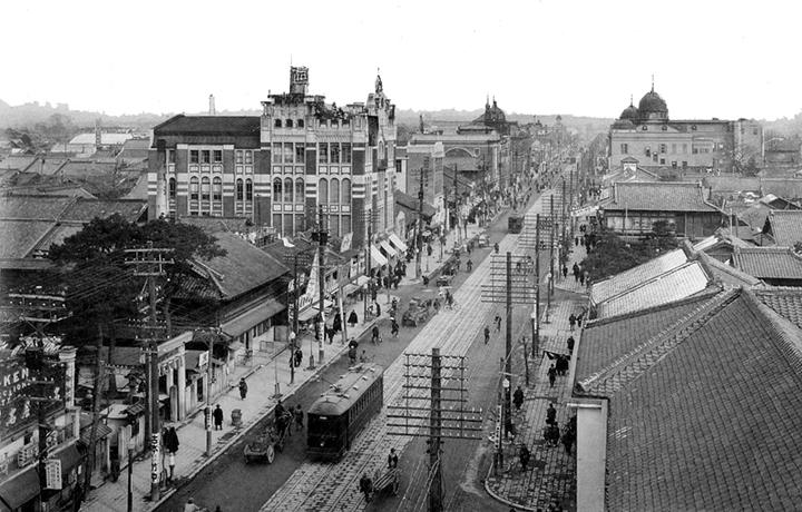 栄にのびる広小路、通りをまたいで左側のレンガのビルが十一屋