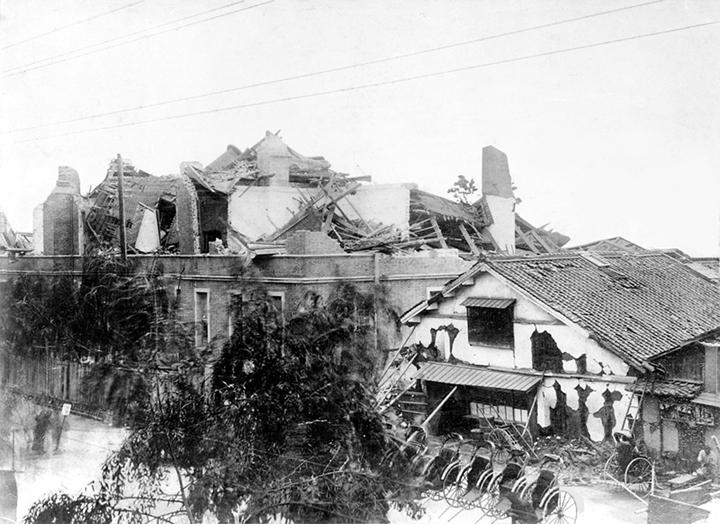 濃尾地震で倒壊した名古屋郵便電信局(明治24年)
