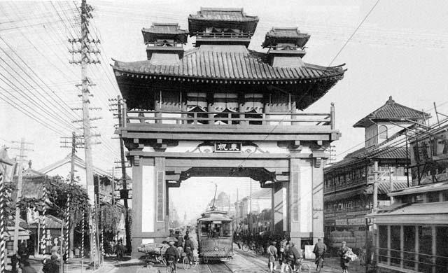 本町通りに設置された御大典記念奉祝門(昭和3年)