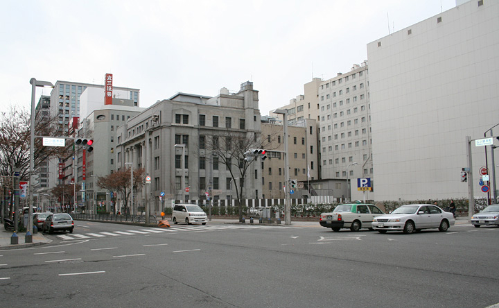 広小路本町交差点。正面の駐車場にかつて日本徴兵館があった。