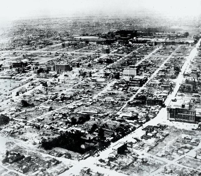 終戦直後の碁盤割り,右側の南北に延びる道が大津通り,上部中央が名古屋城(名古屋市広報課提供)