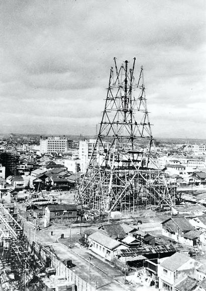 昭和29年、建設中の名古屋テレビ塔(名古屋市広報課提供)