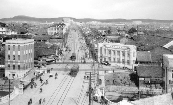 手前に納屋橋,奥が栄方面. 左のビルが加藤商会ビル(昭和初期)
