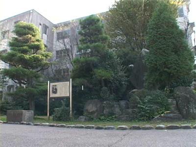 美濃加茂市の太田小学校には坪内逍遥生誕地の碑と看板がある