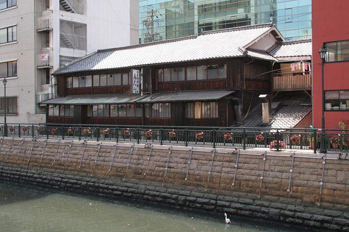 「愛船株式会社」の開業の祝宴が開かれた料亭「得月楼」は、現在「かしわ料理 鳥久」として明治17年に建てられた建物のまま納屋橋で営業している。作家坪内逍遥も「得月楼」を利用していた。